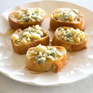 gorgonzola on bread with honey