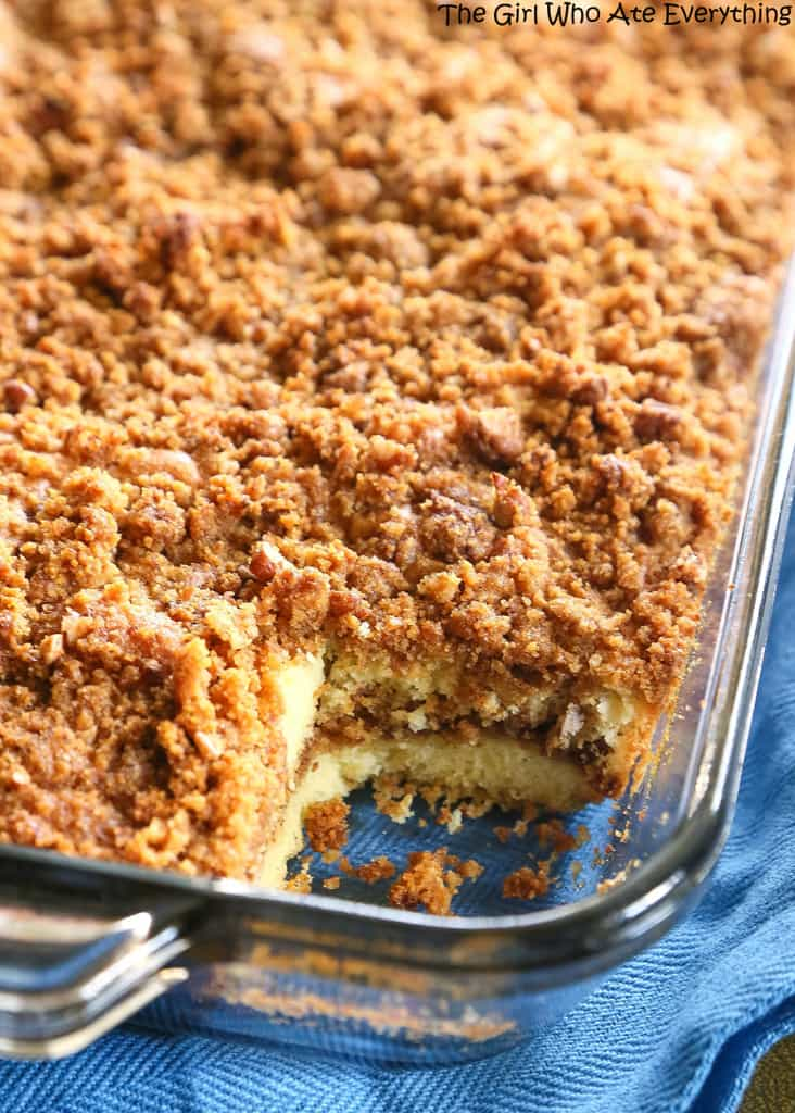 Graham Streusel Coffee Cake - an unbelievably easy coffee cake with lots of brown sugar, graham crackers, and cinnamon. the-girl-who-ate-everything.com