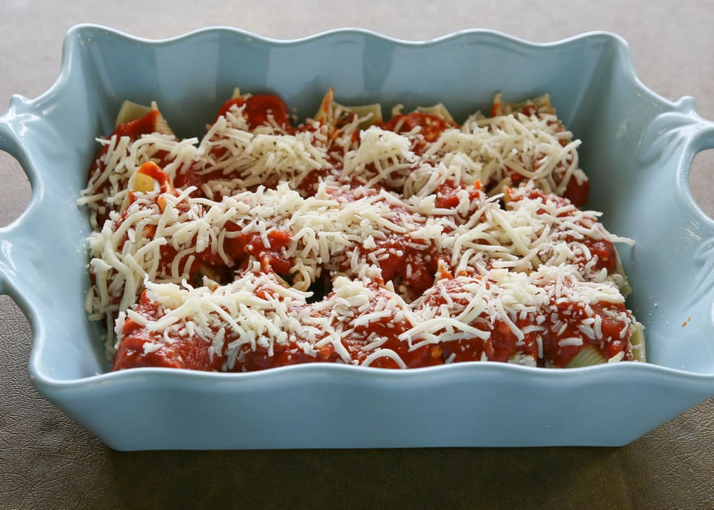 Pizza Stuffed Shells - pasta stuffed with sausage and pepperoni. Total crowd pleaser. the-girl-who-ate-everything.com