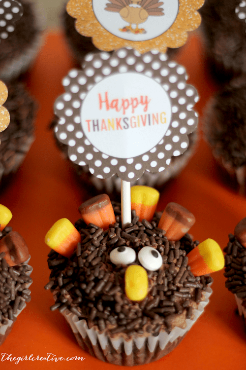 Easy to make Turkey Cupcakes perfect for your Thanksgiving dessert table. Free printable cupcake toppers included.