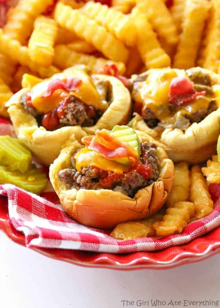 Muffin Tin Cheeseburgers - no drive through needed to eat these delicious handheld burgers. the-girl-who-ate-everything.com