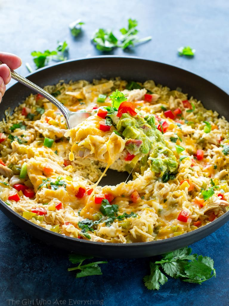 This One-Pan Chicken Fajita Rice is an easy Mexican dinner ready in under 30 minutes. the-girl-who-ate-everything.com