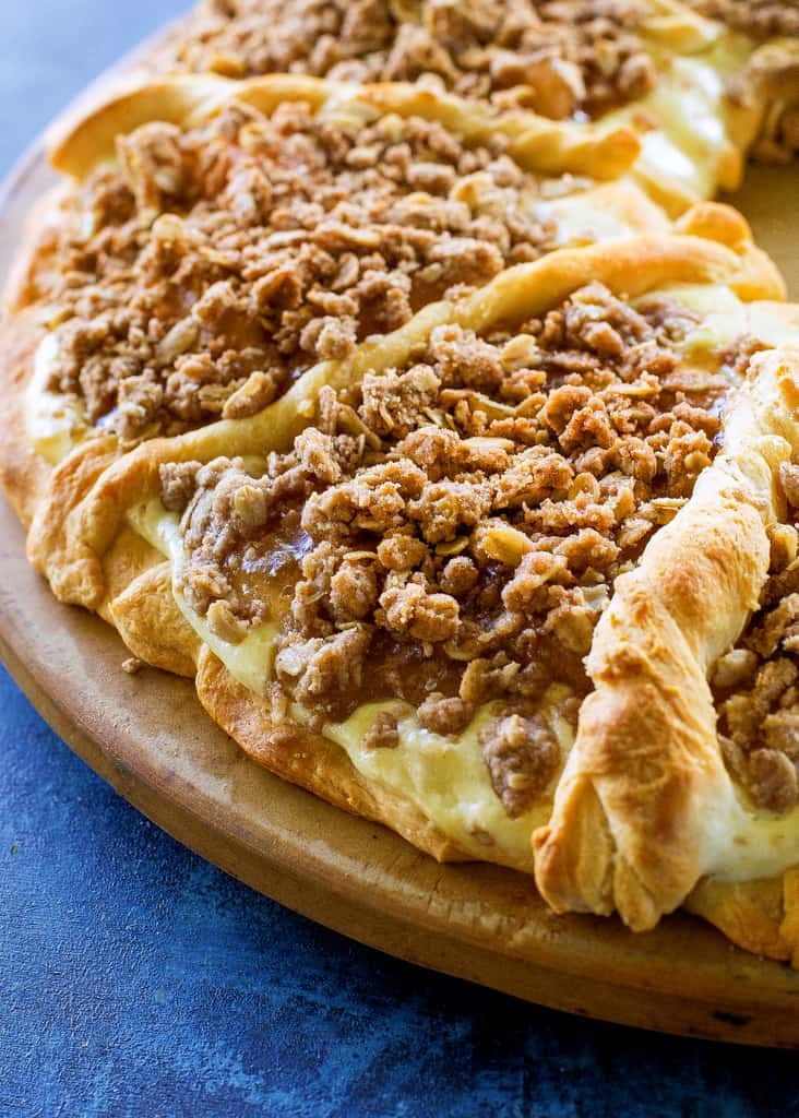 This Apple Crisp Cheese Danish recipe is a creamy cheesecake filling with a lots of oat and cinnamon topping piled on top of crescent dough. the-girl-who-ate-everything.com