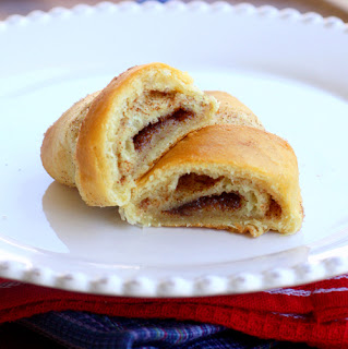 These Cinnamon Crescent Rolls are layers of flaky crescent rolls with cinnamon sugar and are the perfect Mexican treat! the-girl-who-ate-everything.com