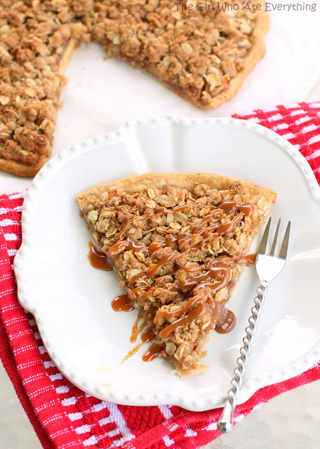Apple Crisp Pizza is a little slice of heaven. Cinnamon sugared apples ...