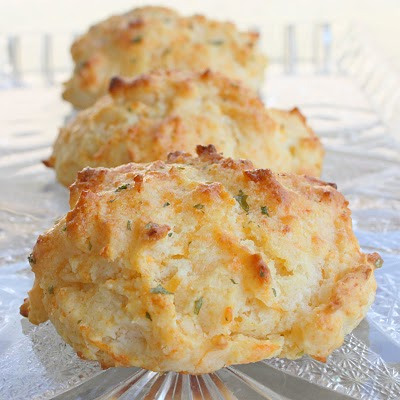 Copycat Cheddar Bay Biscuits made with Bisquick and taste just like the Red Lobster biscuits. the-girl-who-ate-everything.com